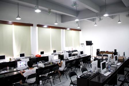 学生在我院融合媒体实验室使用苹果电脑学习新媒体技术